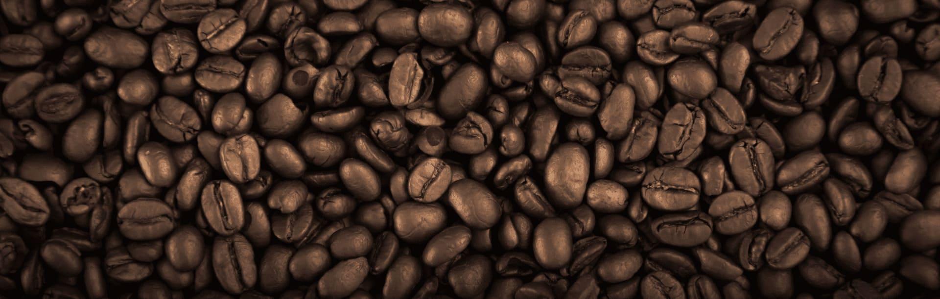 Foto ilustrativa de grãos de café torrado