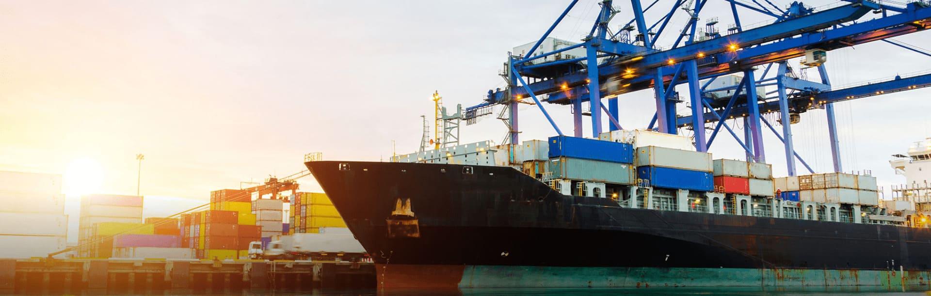 Foto ilustrativa de um navio atracado no porto