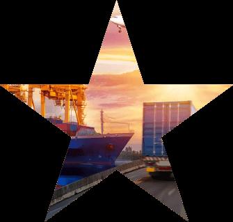 Foto ilustrativa de um caminhão na estrada, com um navio atracado no porto ao lado esquerdo